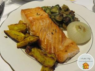 Salmone al forno con verdurine saltate al ghi