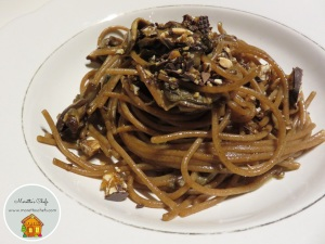 Spaghetti di farro con ragù bianco di porcini e crumble di torroncino