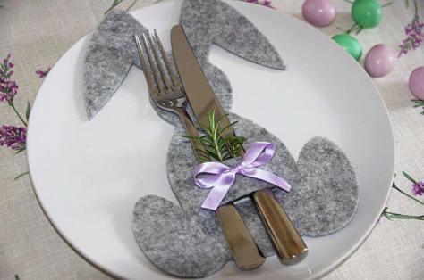 Porta posate - Ritagliate la sagoma di un coniglietto su del panno lenci (o cartoncino) e poi tagliate una piccola asola in cui infilare le posate.