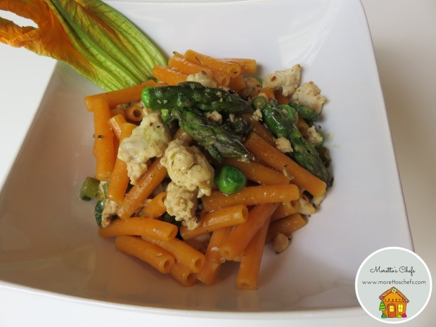 Sedanini di lenticchie rosse con ragù bianco di pollo, verdurine e fiori di zucca