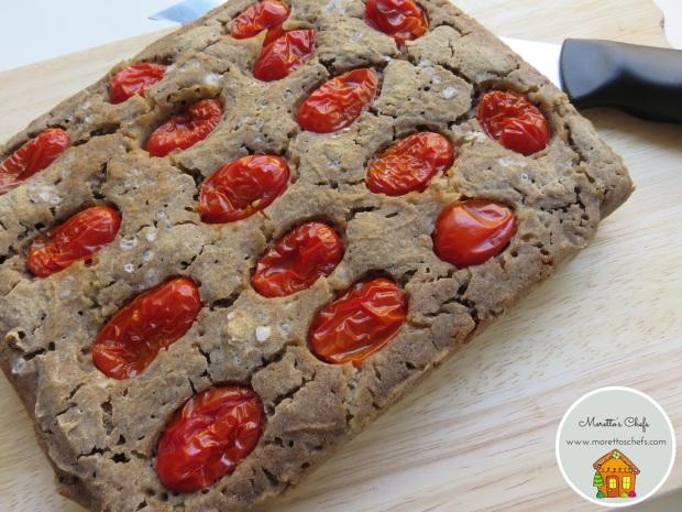 Focaccia vegan di grano saraceno con pomodorini (ricetta senza glutine, veloce e senza impasto)