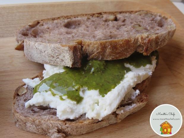 Sandwich con pesto al pistacchio dell'Etna e caprino - vegetariano