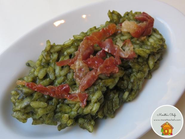Risotto alla crema di spinaci con pera e crudo croccante - ricetta per Vivere per raccontarla